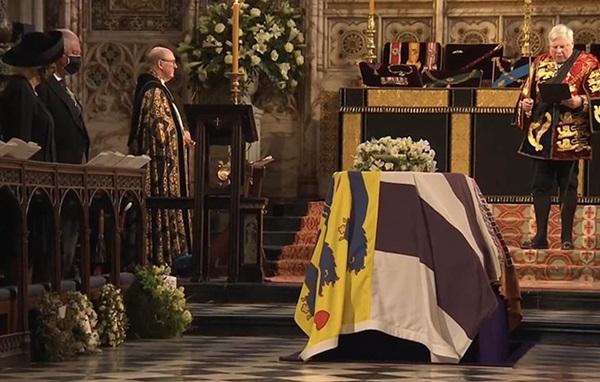 Chuyên gia vạch trần chiêu trò của Meghan Markle khi gửi vòng hoa và thư tay đến tang lễ Hoàng tế Philip: Một mũi tên trúng hai đích!-2