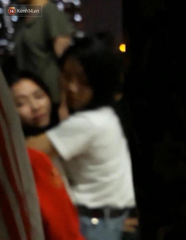 Xót xa cảnh mẹ khóc ngất gọi tên con tại hiện trường vụ bé gái rơi từ cửa sổ phòng ngủ tầng 24 chung cư tử vong-2