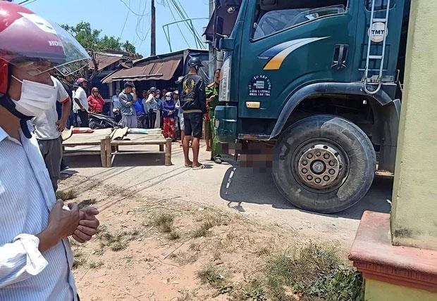 Tài xế bất cẩn khi lùi xe tải khiến 2 bé gái 8 tuổi chết thảm-1