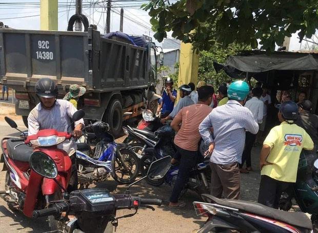 Tài xế bất cẩn khi lùi xe tải khiến 2 bé gái 8 tuổi chết thảm-2
