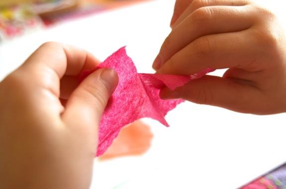 Vì sao trẻ luôn thích xé giấy? Thói quen tưởng xấu nhưng lại tốt cho trí tuệ, không phải cha mẹ nào cũng biết-2