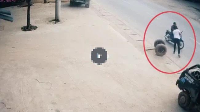 Thấy lốp xe trôi tự do giữa đường, nam thanh niên liều mình phi từ ô tô xuống cản lại, suýt chút nữa mất mạng-1