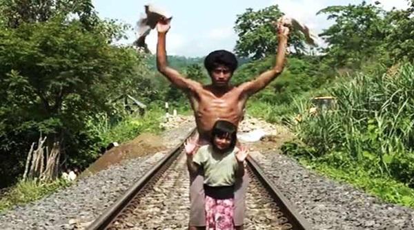 Người đàn ông lao đầu về phía đoàn tàu đang chạy tưởng làm chuyện dại dột, hành động sau đó khiến ai cũng tán dương-3