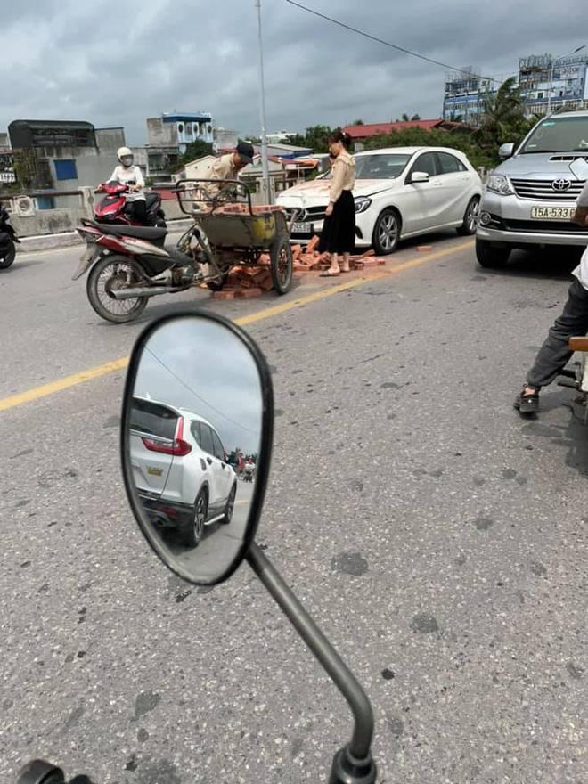Xe xích lô chế chở gạch tông móp đầu Mercedes tiền tỷ, nữ tài xế khoanh tay bất lực đứng nhìn-1