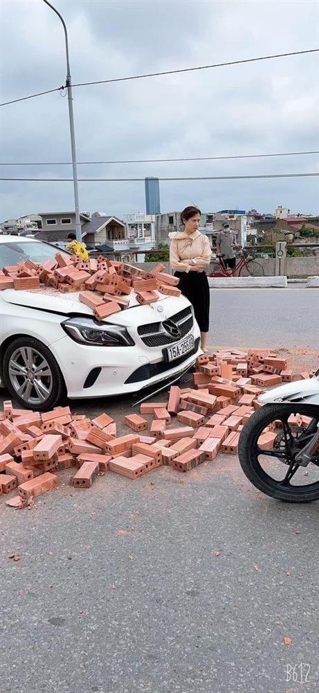 Xe xích lô chế chở gạch tông móp đầu Mercedes tiền tỷ, nữ tài xế khoanh tay bất lực đứng nhìn-2
