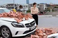 Xe xích lô chế chở gạch tông móp đầu Mercedes tiền tỷ, nữ tài xế khoanh tay bất lực đứng nhìn