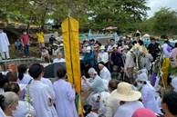 Xót xa hình ảnh Chi Dân trong đám tang mẹ ruột: Cúi đầu ôm chặt di ảnh, đau lòng tiễn biệt người thân về nơi an nghỉ