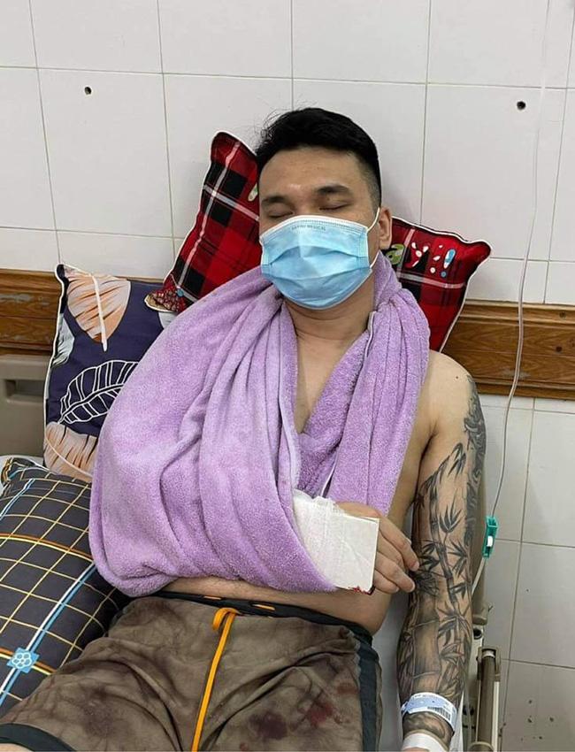Hình ảnh Khắc Việt bị thương nặng phải cấp cứu ở bệnh viện gây hoang mang-1