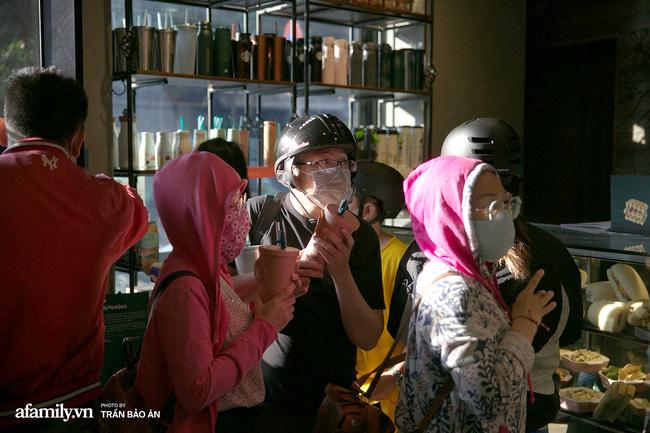 Cơn sốt xếp hàng mua ly Starbucks ở Sài Gòn chưa dứt, nghệ sĩ đại gia nổi tiếng khoe chiếc ly trị giá 100 triệu khiến nhiều người kinh ngạc!-7