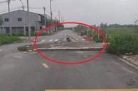 Bia đá 'mọc' lên giữa đường, tới gần nhiều người thất kinh vì dòng chữ trên đó