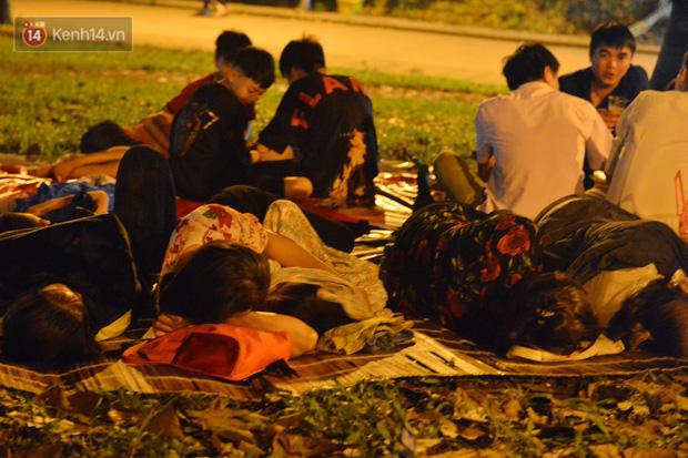 Ảnh: Người lớn, trẻ nhỏ trải bạt nằm vạ vật ở bãi cỏ, chờ lên dâng hương Vua Hùng trong ngày Giỗ Tổ-1