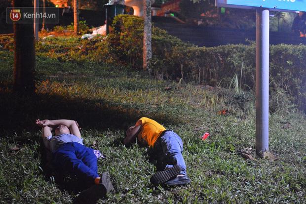 Ảnh: Người lớn, trẻ nhỏ trải bạt nằm vạ vật ở bãi cỏ, chờ lên dâng hương Vua Hùng trong ngày Giỗ Tổ-11