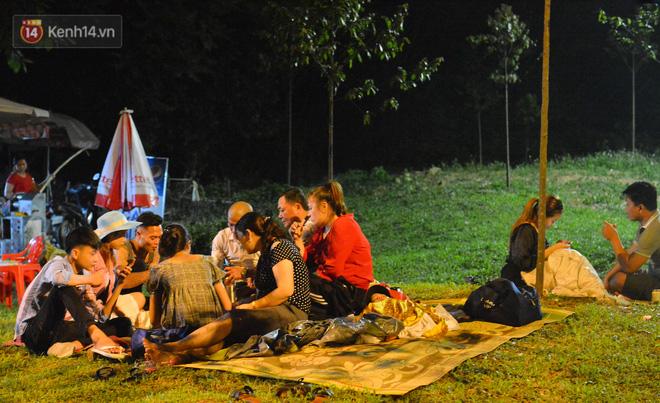 Ảnh: Người lớn, trẻ nhỏ trải bạt nằm vạ vật ở bãi cỏ, chờ lên dâng hương Vua Hùng trong ngày Giỗ Tổ-6