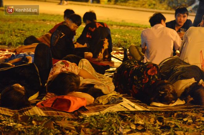 Ảnh: Người lớn, trẻ nhỏ trải bạt nằm vạ vật ở bãi cỏ, chờ lên dâng hương Vua Hùng trong ngày Giỗ Tổ-8