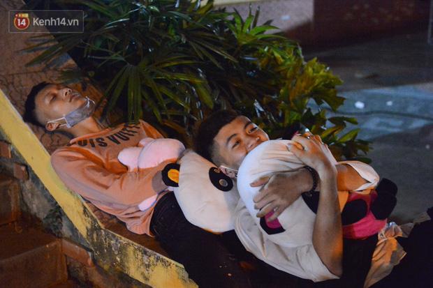Ảnh: Người lớn, trẻ nhỏ trải bạt nằm vạ vật ở bãi cỏ, chờ lên dâng hương Vua Hùng trong ngày Giỗ Tổ-9