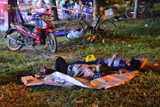 Ảnh: Người lớn, trẻ nhỏ trải bạt nằm vạ vật ở bãi cỏ, chờ lên dâng hương Vua Hùng trong ngày Giỗ Tổ-14