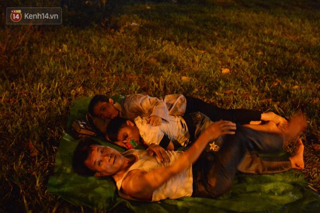 Ảnh: Người lớn, trẻ nhỏ trải bạt nằm vạ vật ở bãi cỏ, chờ lên dâng hương Vua Hùng trong ngày Giỗ Tổ-15