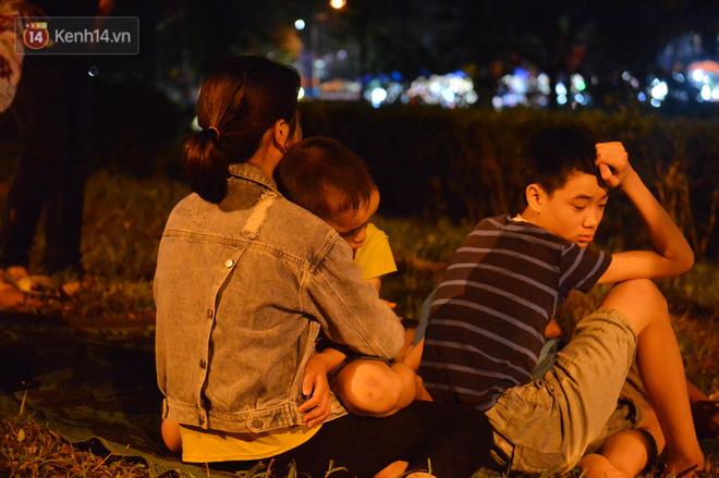 Ảnh: Người lớn, trẻ nhỏ trải bạt nằm vạ vật ở bãi cỏ, chờ lên dâng hương Vua Hùng trong ngày Giỗ Tổ-17