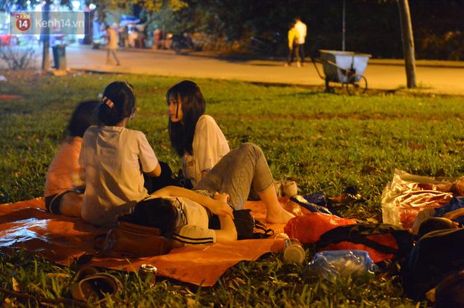 Ảnh: Người lớn, trẻ nhỏ trải bạt nằm vạ vật ở bãi cỏ, chờ lên dâng hương Vua Hùng trong ngày Giỗ Tổ-19