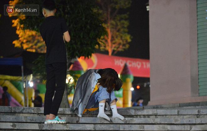 Ảnh: Người lớn, trẻ nhỏ trải bạt nằm vạ vật ở bãi cỏ, chờ lên dâng hương Vua Hùng trong ngày Giỗ Tổ-23