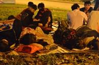 Ảnh: Người lớn, trẻ nhỏ trải bạt nằm vạ vật ở bãi cỏ, chờ lên dâng hương Vua Hùng trong ngày Giỗ Tổ