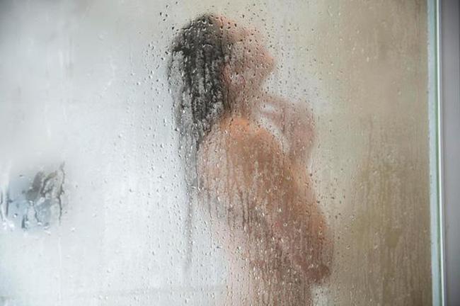 Phát hiện camera quay lén trong phòng tắm, cô giúp việc trẻ chết lặng nhận ra âm mưu của vợ chồng chủ nhà với động cơ khó hiểu-3