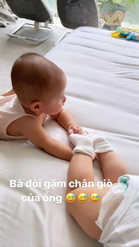 Khoảnh khắc cực hài của cặp sinh đôi nhà Hồ Ngọc Hà: Lisa đòi gặm chân Leon, cậu em trai thì biểu cảm đầy hoang mang thế này-1