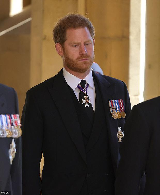 Hoàng tử Harry tức tốc về Mỹ với Meghan ngay trong ngày sinh nhật của Nữ hoàng, loạt hành động sau tang lễ Hoàng thân Philip gây thất vọng-3