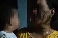 Phẫn nộ: Người phụ nữ bế con trai 2 tuổi gào khóc vì bị chủ nợ đổ phân lên đầu