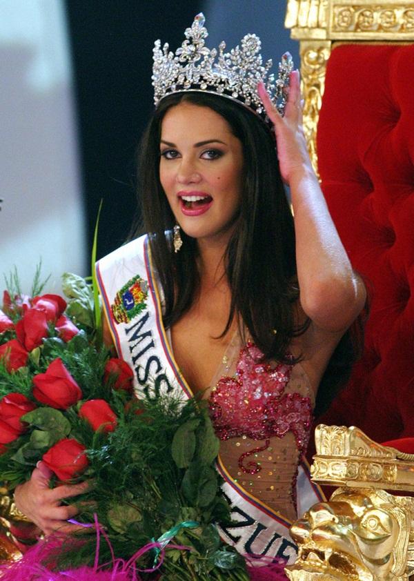 Chứng kiến cảnh cha mẹ bị giết chết, con gái nhỏ của Hoa hậu Venezuela may mắn sống sót có cuộc sống gây kinh ngạc sau 7 năm-1
