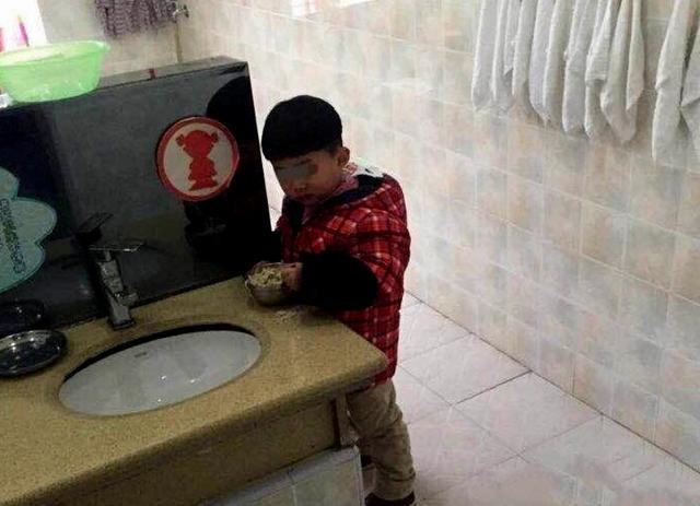 Nghe con kể ở lớp phải vào nhà vệ sinh ăn cơm, người mẹ tức giận đến tát cô giáo liền 2 cái và cái kết thật khó tưởng tượng-1