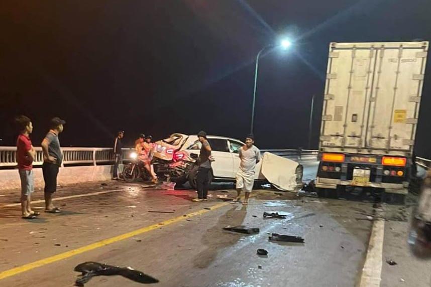 Tai nạn liên hoàn trên cầu Quán Hàu, ô tô con biến dạng, tài xế tử vong-2