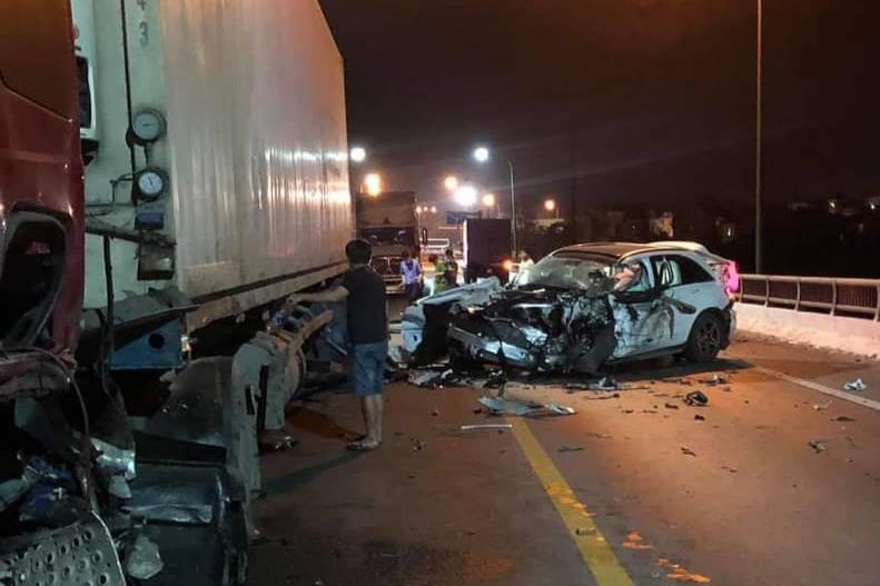 Tai nạn liên hoàn trên cầu Quán Hàu, ô tô con biến dạng, tài xế tử vong-1