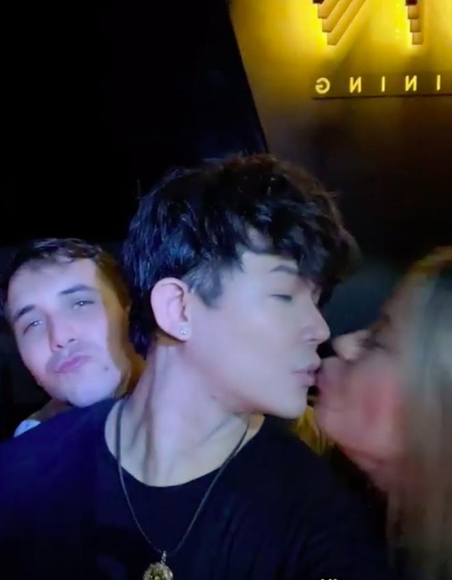Hẹn đọ siêu xe bất thành, Nathan Lee lên bar hôn nồng nhiệt 1 cô gái ngoại quốc và còn bị nghi dự tiệc bóng cười-3
