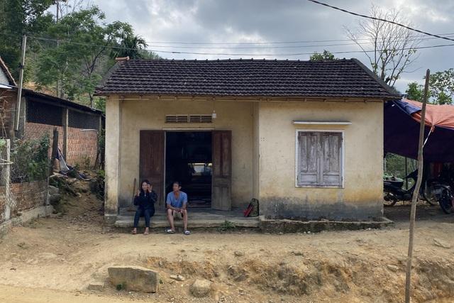 Chuyện của 2 thiếu nữ rời làng xuống phố, bị tra tấn ép làm tay vịn-1