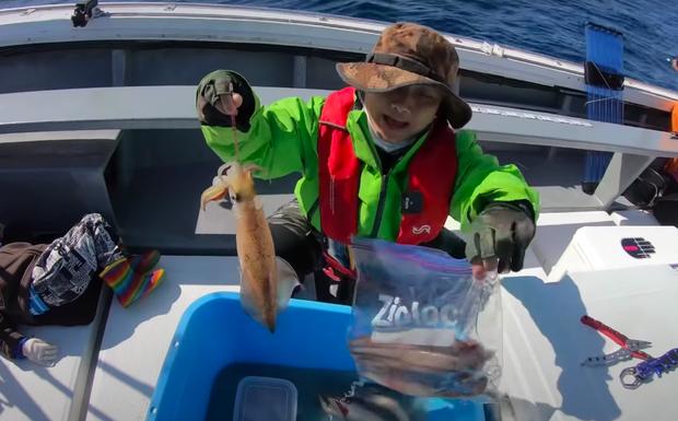 Tranh cãi việc nhà Quỳnh Trần JP ra biển câu cá mập con để ăn, cảnh máu me cũng được đưa ngay lên video-3