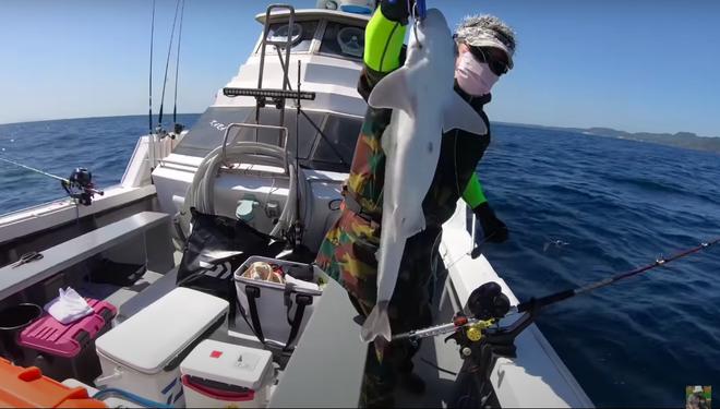Tranh cãi việc nhà Quỳnh Trần JP ra biển câu cá mập con để ăn, cảnh máu me cũng được đưa ngay lên video-5