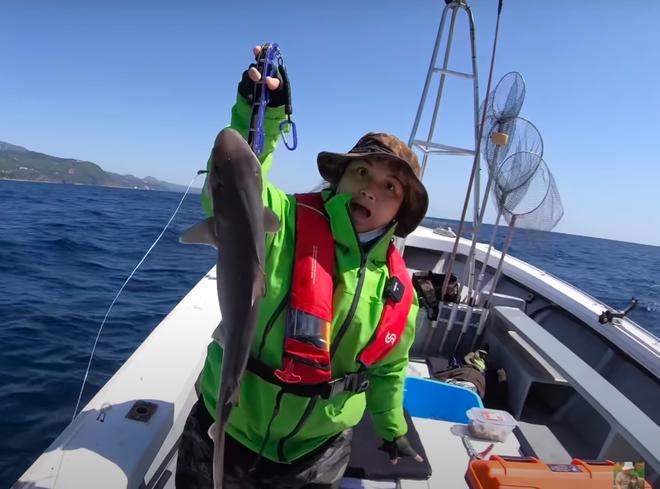 Tranh cãi việc nhà Quỳnh Trần JP ra biển câu cá mập con để ăn, cảnh máu me cũng được đưa ngay lên video-9