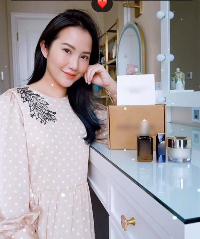 Mặc váy rộng, dấu khéo vòng 2 và thói quen ăn uống khác lạ khiến người hâm mộ hoài nghi vợ Phan Thành mang thai?-9