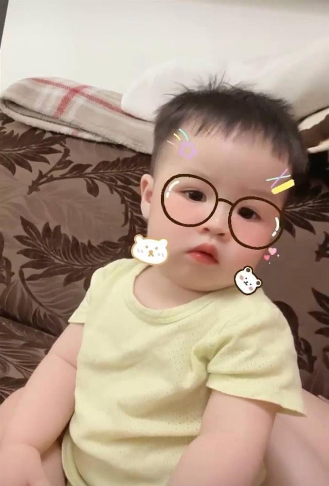 13 tháng tuổi đã chập chững biết đi, cháu ngoại đại gia Minh Nhựa khiến fan đổ rầm rầm vì đôi má phính siêu cute-5