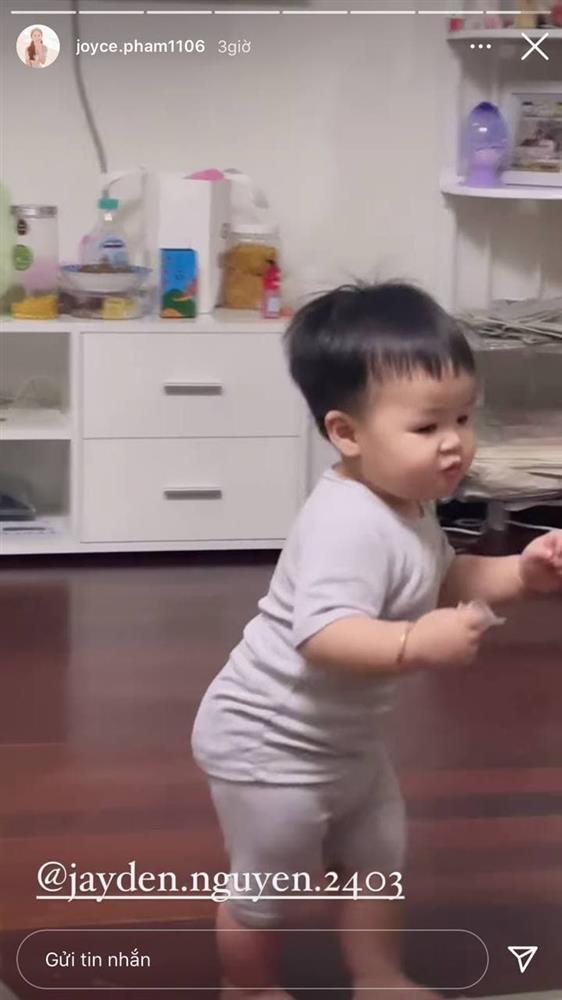 13 tháng tuổi đã chập chững biết đi, cháu ngoại đại gia Minh Nhựa khiến fan đổ rầm rầm vì đôi má phính siêu cute-7
