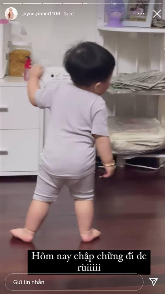 13 tháng tuổi đã chập chững biết đi, cháu ngoại đại gia Minh Nhựa khiến fan đổ rầm rầm vì đôi má phính siêu cute-8