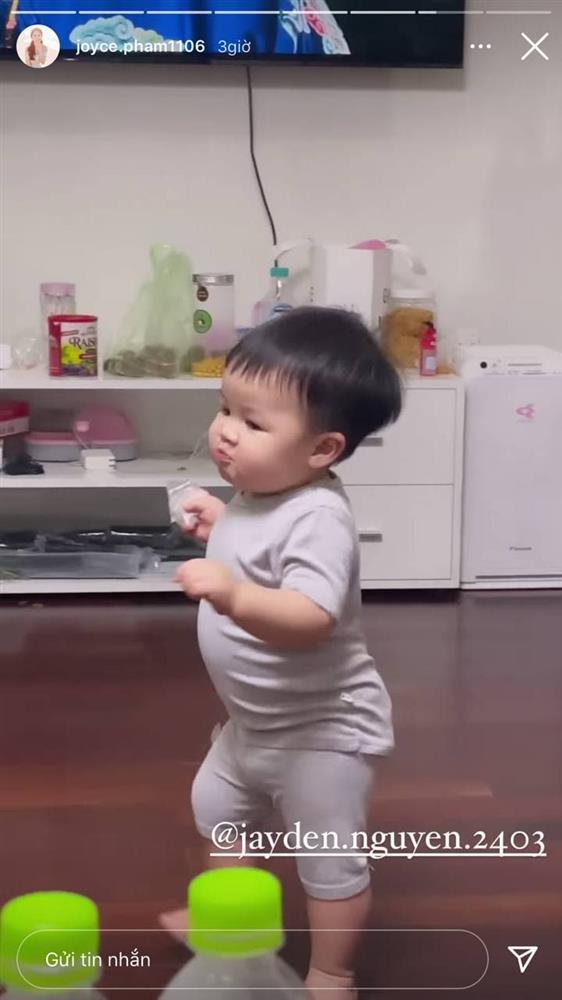 13 tháng tuổi đã chập chững biết đi, cháu ngoại đại gia Minh Nhựa khiến fan đổ rầm rầm vì đôi má phính siêu cute-9