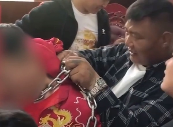 Chú rể bị bạn thân đeo xích sắt vào cổ rồi làm mất chìa khóa trong ngày cưới, gia đình phải lấy cưa máy ra giải cứu để còn động phòng-2