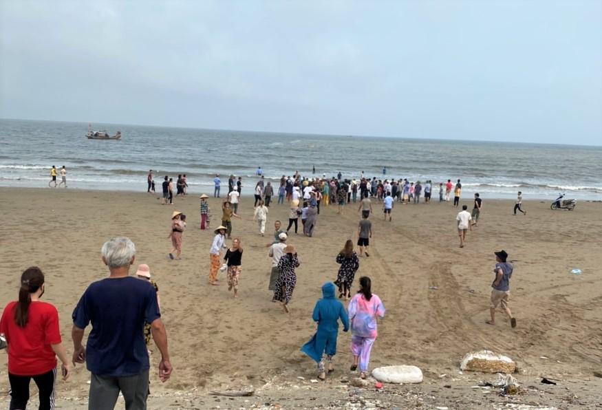 8 học sinh lớp 6 đi tắm biển, 4 em chết đuối và mất tích-1