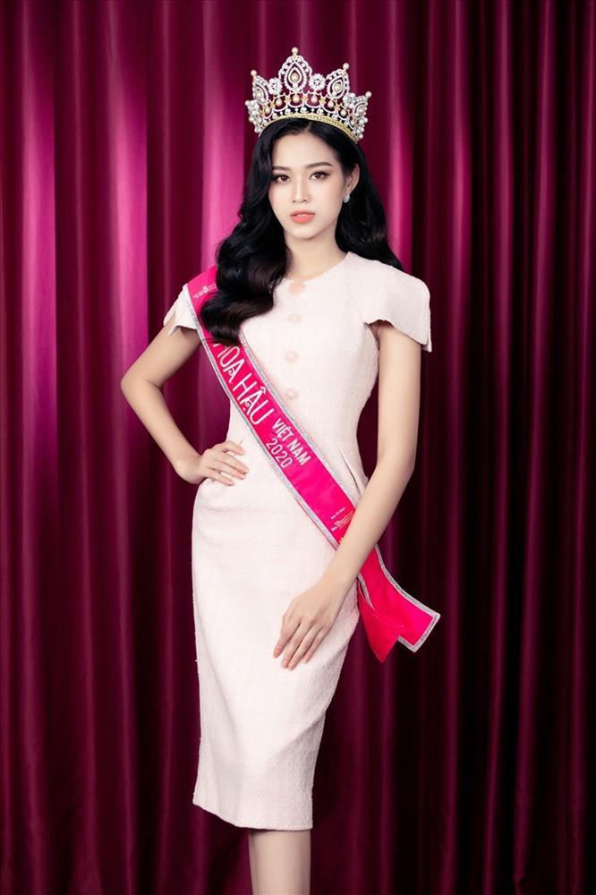 Netizen than vãn về gu thời trang của Đỗ Thị Hà: Khi nào hoa mới nở?-4
