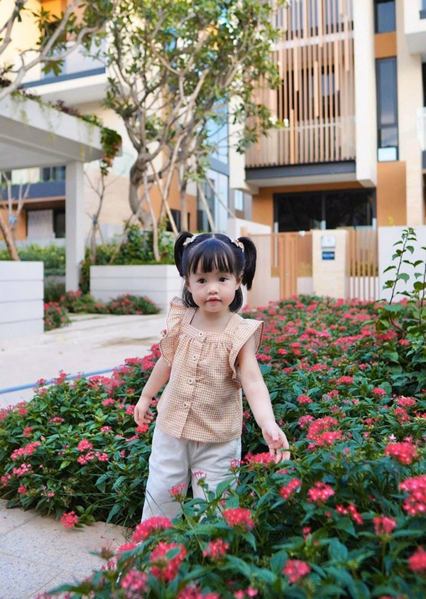 Cô bé Gen Alpha nhà Đặng Thu Thảo: Càng lớn càng ra dáng mỹ nhân, soi kỹ đôi chân mới phát hiện cách nuôi dạy đặc biệt của mẹ-1