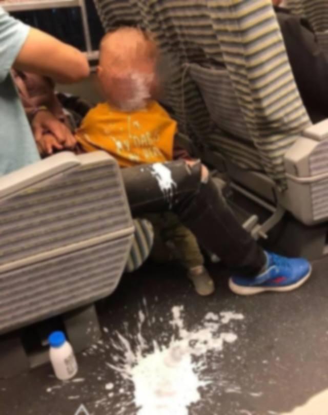 Cậu bé làm đổ hộp sữa chua lênh láng trên sàn tàu, câu nói của ông bố khiến người xung quanh ngỡ ngàng-1