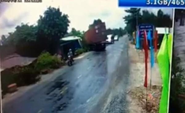 Lấn làn vượt xe máy, tài xế container lao thẳng xe vào nhà dân, cảnh tượng kinh hoàng khiến ai nấy sợ hãi-1