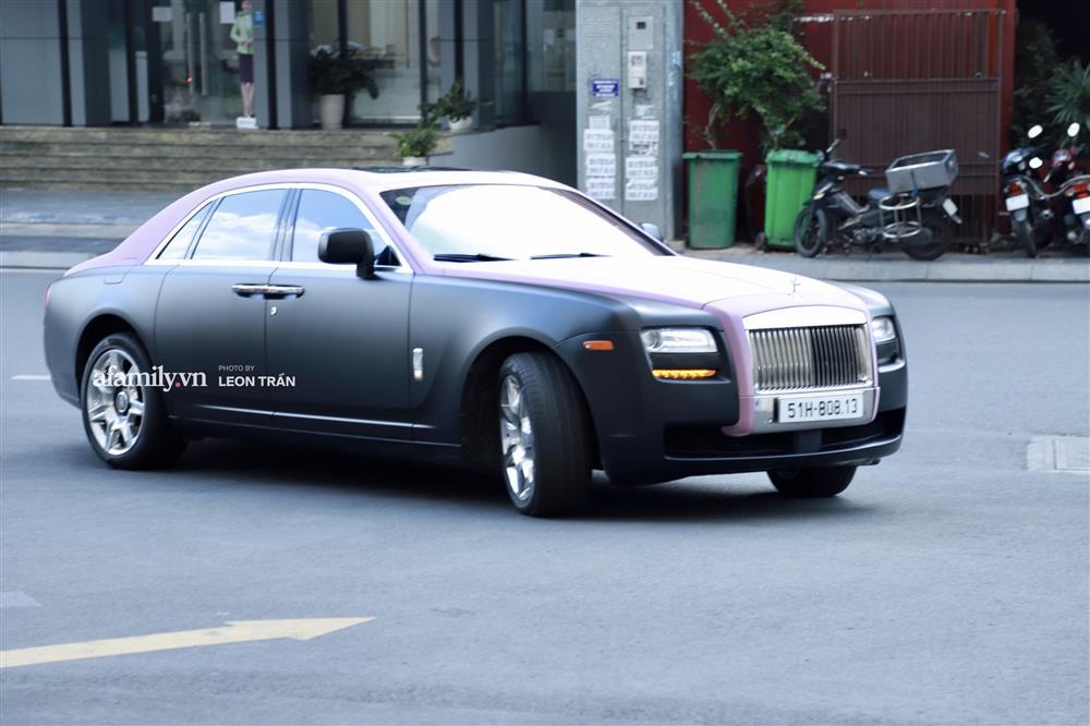 """Ngọc Trinh liên tục lấy tay chỉnh sửa che chắn sợ lộ hàng"""" khi diện váy cắt xẻ hiểm, xuất hiện bên Rolls-Royce giữa lùm xùm với Nathan Lee-3"""